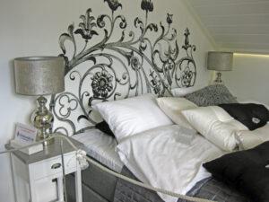"""Seinään maalattu sängyn """"pääty"""""""