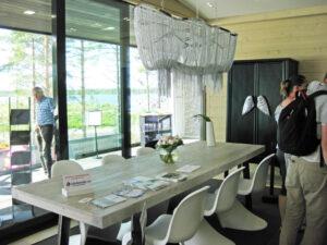 Näyttävä valaisin ja kaunis pöytä