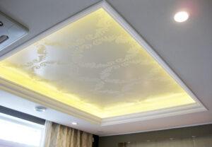 Romanttisen makuuhuoneen romanttinen katto