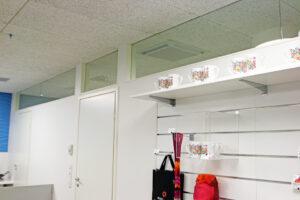Ikkunat antavat valoa ja avaruutta toimiston puolelle
