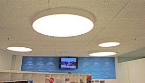 Erikokoiset pyöreät plafondit valaisevat tilan tehokkaasti
