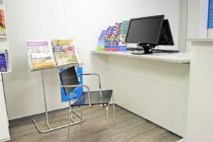 Sähköpöydän ääressä on asiointipaikka pyörätuolilla liikkuvalle tai istuvalle asiakkaalle