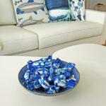 Tarjolla sinivalkoista suklaata