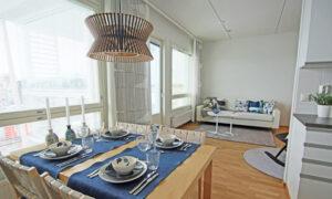 Valoisa näkymä keittiöstä olohuoneeseen