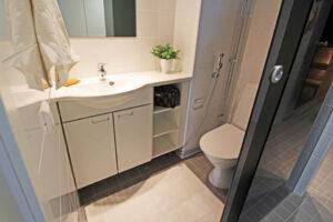 Wc-tila kylpyhuoneen yhteydessä