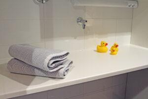 Kodinhoitotilaa kylpyhuoneen yhteydessä