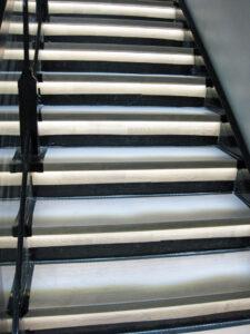 Villa Sukka valaistu portaikko
