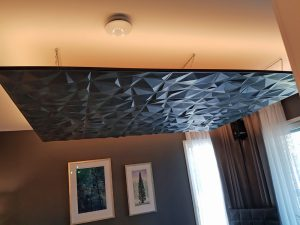 3D-paneelia alaslasketussa katossa