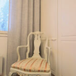 Romanttinen tuoli ja rouheat verhot